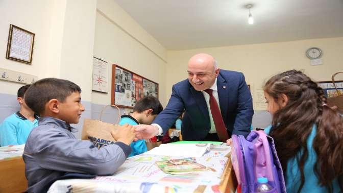 Başkan Bıyık, kaza geçiren öğrencileri ziyaret etti