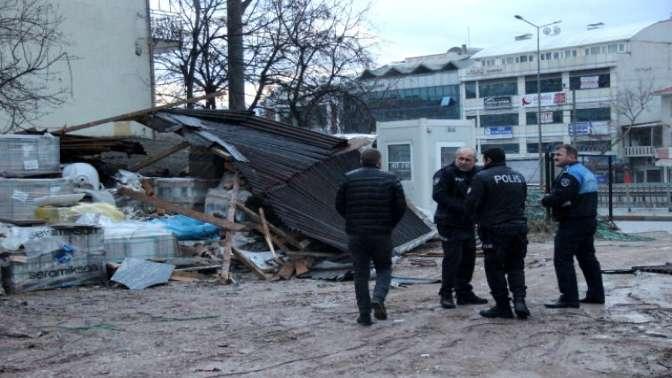 Fırtına binaların çatılarını uçurdu